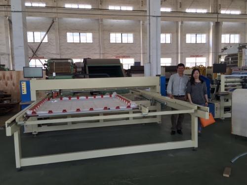 2016年4月30日,哥伦比亚客户来厂参观,欲购绗缝机